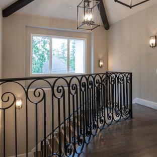 Imagen de escalera en L, clásica renovada, grande, con escalones de madera y contrahuellas de madera pintada