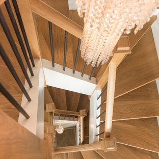 Idee per una scala sospesa chic di medie dimensioni con pedata in legno e alzata in legno