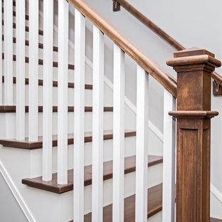 Foto de escalera recta, de estilo americano, de tamaño medio, con escalones de madera, contrahuellas de madera pintada y barandilla de madera