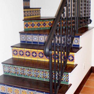Diseño de escalera en L, mediterránea, de tamaño medio, con escalones de madera y contrahuellas con baldosas y/o azulejos