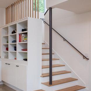 Ejemplo de escalera en L, actual, de tamaño medio, con escalones de madera y contrahuellas de madera pintada