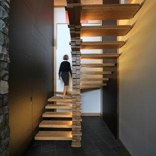 Modelo de escalera en U, actual, de tamaño medio, con escalones de madera