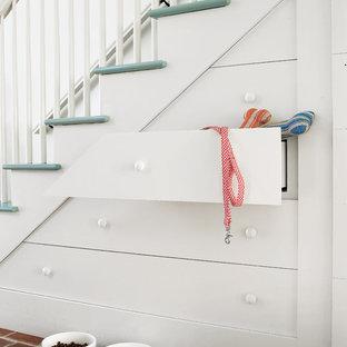 Idee per una scala a rampa dritta chic di medie dimensioni con pedata in legno verniciato
