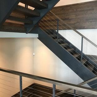 Diseño de escalera en L, moderna, extra grande, con escalones de madera, contrahuellas de metal y barandilla de cable