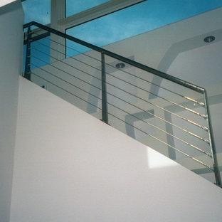 アルバカーキの木のコンテンポラリースタイルのおしゃれなかね折れ階段 (金属の手すり) の写真