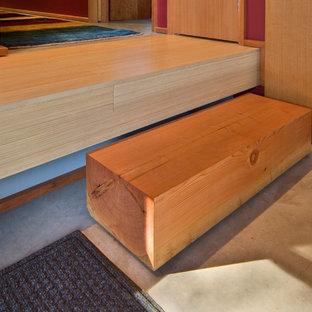 Inredning av en modern liten rak trappa i trä, med sättsteg i trä