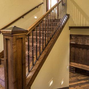 Ejemplo de escalera en U, rústica, grande, con escalones enmoquetados y contrahuellas enmoquetadas