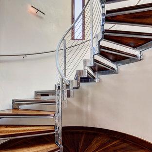 Cette photo montre un escalier sans contremarche hélicoïdal sud-ouest américain avec des marches en bois et un garde-corps en câble.