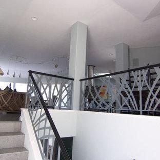 サンルイスオビスポの中くらいのタイルのモダンスタイルのおしゃれな階段 (タイルの蹴込み板、金属の手すり) の写真