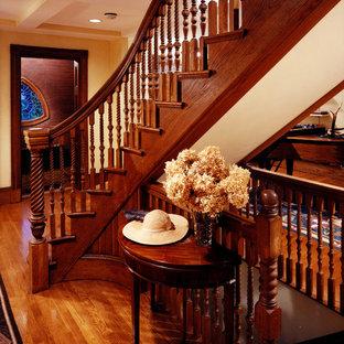 Diseño de escalera curva, clásica, de tamaño medio, con escalones de madera y contrahuellas de madera
