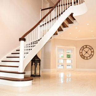 Gewendelte, Mittelgroße Klassische Holztreppe mit Holz-Setzstufen und Holzgeländer in Buckinghamshire
