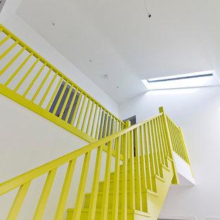 ハートフォードシャーの中サイズのフローリングのコンテンポラリースタイルのおしゃれな直階段 (木材の手すり) の写真