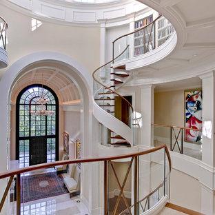 Imagen de escalera de caracol clásica renovada