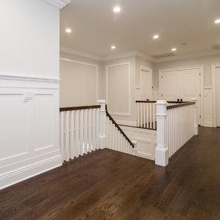 Modelo de escalera curva, tradicional renovada, con escalones de madera pintada y contrahuellas de madera