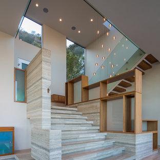 Inspiration för mycket stora moderna flytande trappor i trä, med räcke i glas