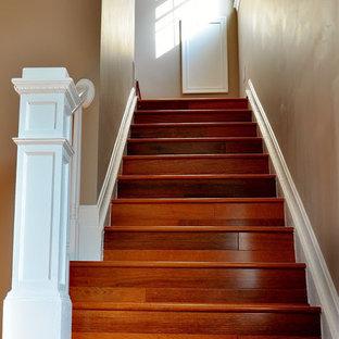 ワシントンD.C.の中くらいの木のトラディショナルスタイルのおしゃれな直階段 (木の蹴込み板、木材の手すり) の写真