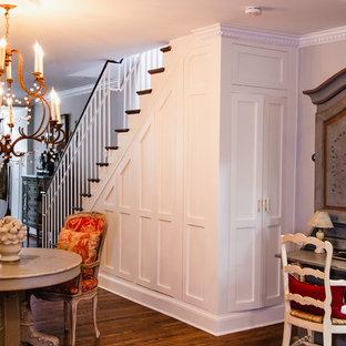Ejemplo de escalera recta, tradicional, de tamaño medio, con escalones de madera, contrahuellas de madera pintada y barandilla de madera