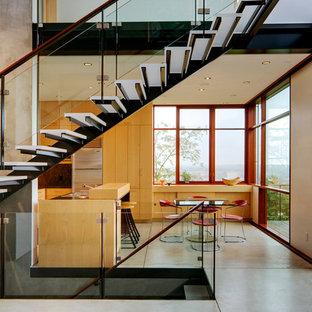 Modern inredning av en mellanstor rak trappa i glas, med öppna sättsteg