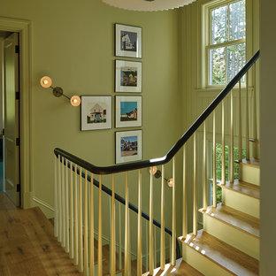 ポートランド(メイン)のビーチスタイルのおしゃれな階段 (木の蹴込み板、木材の手すり) の写真