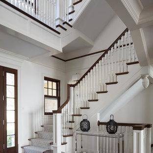 Foto de escalera en U, tradicional, con escalones de madera y contrahuellas de madera pintada