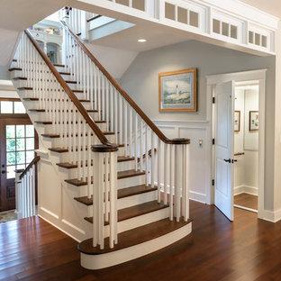 Diseño de escalera en U, marinera, con escalones de madera y barandilla de madera