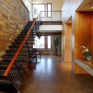 Bild på en funkis rak trappa, med öppna sättsteg