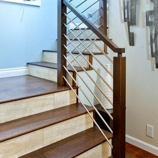 Ejemplo de escalera en L, costera, extra grande, con escalones de madera y contrahuellas con baldosas y/o azulejos