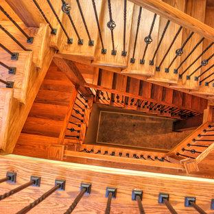 """Immagine di una scala a """"U"""" american style di medie dimensioni con pedata in legno e alzata in legno"""