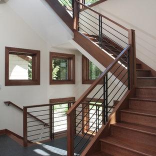 グランドラピッズの大きい木のコンテンポラリースタイルのおしゃれな折り返し階段 (金属の蹴込み板) の写真