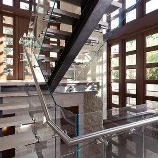 """Ispirazione per una scala a """"L"""" contemporanea di medie dimensioni con nessuna alzata, pedata in pietra calcarea e parapetto in vetro"""