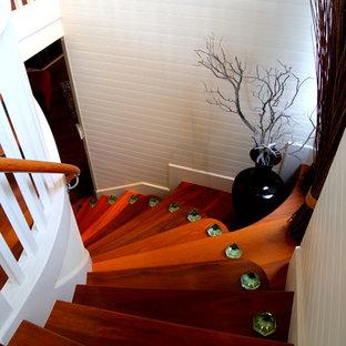 Modelo de escalera curva, costera, de tamaño medio, con escalones de madera
