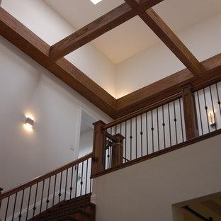 Imagen de escalera en U, de estilo americano, grande, con escalones de madera, contrahuellas de madera y barandilla de varios materiales