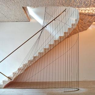 Modelo de escalera recta, bohemia, de tamaño medio, con escalones de piedra caliza, contrahuellas de piedra caliza y barandilla de metal