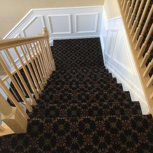 Foto de escalera en L, tradicional, pequeña, con escalones enmoquetados y contrahuellas enmoquetadas
