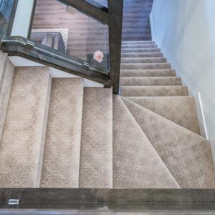 Mittelgroße Shabby-Chic Treppe in L-Form mit Teppich-Treppenstufen, Teppich-Setzstufen und Glasgeländer in Edmonton