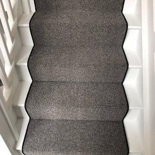 ロンドンの中くらいの木のヴィクトリアン調のおしゃれな直階段 (木の蹴込み板、木材の手すり) の写真
