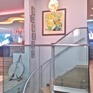 Diseño de escalera de caracol, moderna, grande, con escalones de madera y contrahuellas de metal