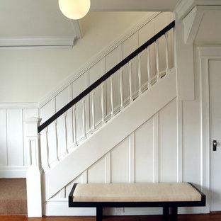 Diseño de escalera tradicional renovada con escalones enmoquetados y contrahuellas enmoquetadas