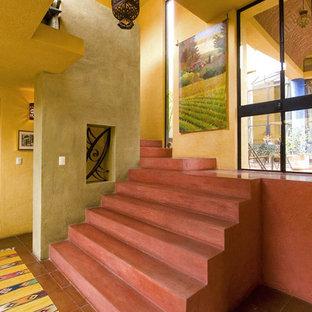 メキシコシティのサンタフェスタイルのおしゃれな階段の写真