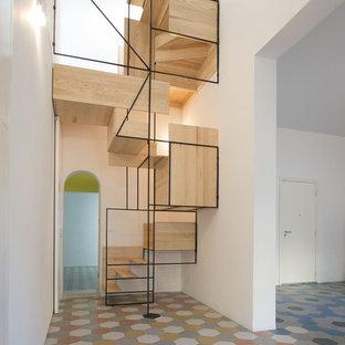 Foto de escalera actual, sin contrahuella, con escalones de madera