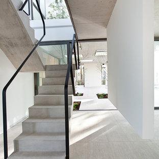 Modelo de escalera en U, minimalista, con escalones de hormigón y contrahuellas de hormigón