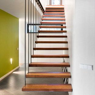 Foto di una scala sospesa minimalista con pedata in legno
