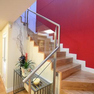 Ejemplo de escalera en U, ecléctica, de tamaño medio, con escalones de madera y contrahuellas de metal