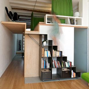 Diseño de escalera recta, escandinava, de tamaño medio, con escalones de metal y contrahuellas de metal