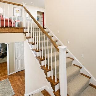ワシントンD.C.の木のトラディショナルスタイルのおしゃれな折り返し階段 (木材の手すり、フローリングの蹴込み板) の写真