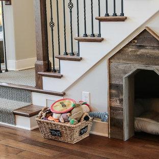 Modelo de escalera en L, de estilo americano, de tamaño medio, con escalones de madera, contrahuellas de madera pintada y barandilla de metal