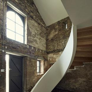 Diseño de escalera curva, urbana, con escalones de madera y contrahuellas de madera