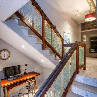 Diseño de escalera en U, contemporánea, de tamaño medio, con escalones de hormigón y contrahuellas con baldosas y/o azulejos