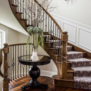 Diseño de escalera curva, tradicional, de tamaño medio, con escalones de madera y contrahuellas de madera