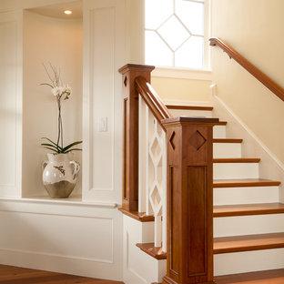 Идея дизайна: лестница в викторианском стиле с деревянными ступенями